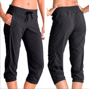 Athleta 8 Black La Viva Capri Jogger Cropped Pants